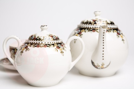 teapot and sugarpot by Zsolnay (Hungary) in decor Sissi.